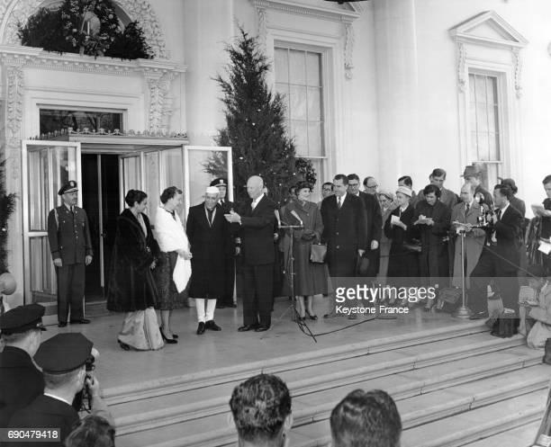 Le 1er Premier ministre de l'Inde Jawaharlal Nehru accompagné de sa fille Indira Gandhi sont accueillis à la Maison Blanche par le Président des...