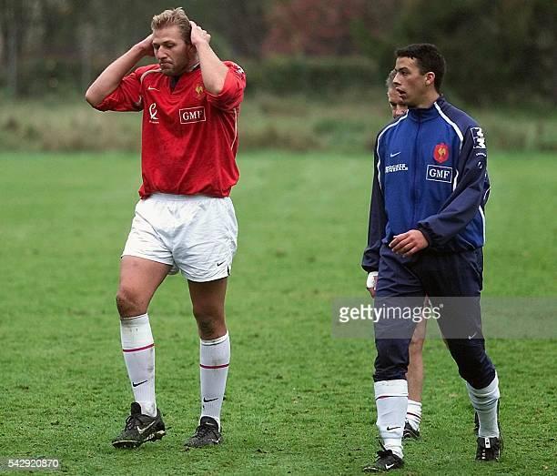le 2e ligne de l'équipe de France de rugby Thibault Privat et Clément Poitrenaud quittent le terrain le 06 novembre 2001 à Clairefontaine lors d'une...