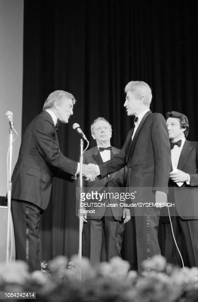 Le 33ème Festival de Cannes se déroule du 9 au 23 mai 1980 Cérémonie de clôture Kirk DOUGLAS acteur américain et président du jury serrant la main...