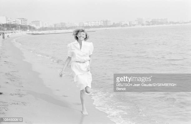 Le 33ème Festival de Cannes se déroule du 9 au 23 mai 1980 Portrait d'Aurore CLEMENT actrice française souriante et courant au bord de l'eau sur le...