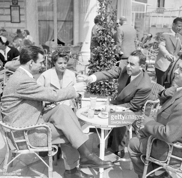 Le 6ème Festival de Cannes 1953 se déroule du 15 au 29 avril HenriGeorges CLOUZOT assis à la terrasse d'un café tendant un verre à Yves MONTAND a...