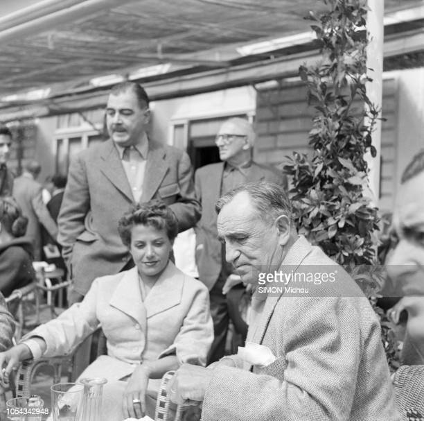 Le 6ème Festival de Cannes 1953 se déroule du 15 au 29 avril Véra CLOUZOT et Charles VANEL assis à la terrasse d'un café