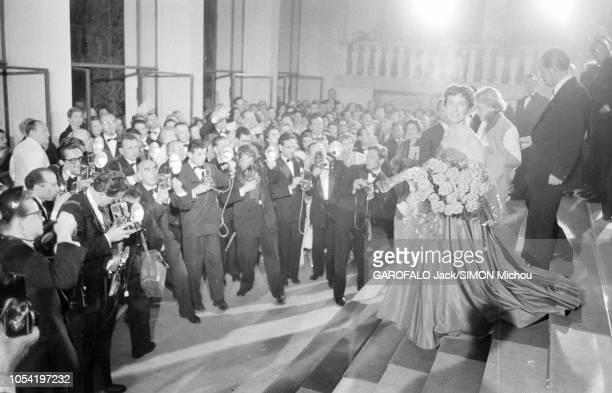 Le 8ème Festival de CANNES se déroule du 26 avril au 10 mai 1955 Betsy BLAIR souriante en robe bustier un bouquet de roses dans les bras et...