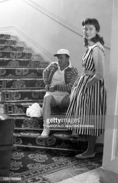 Le 8ème Festival de CANNES se déroule du 26 avril au 10 mai 1955 attitude de Betsy BLAIR debout auprès de son mari Gene KELLY en tenue de sport assis...