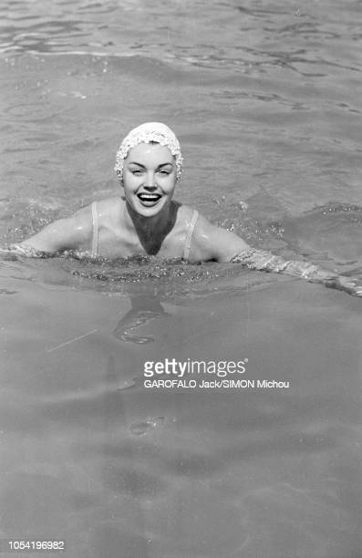 Le 8ème Festival de CANNES se déroule du 26 avril au 10 mai 1955 Esther WILLIAMS chez ses amis Dubonnet au CAP D'ANTIBES souriante se baignant dans...