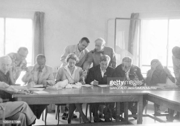 Le 8ème Festival de CANNES se déroule du 26 avril au 10 mai 1955 le jury réuni lors d'une séance de travail sous la présidence de Marcel PAGNOL dans...