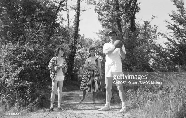 Le 8ème Festival de Cannes se déroule du 26 avril au 10 mai attitude souriante de Gene KELLY en short casquette et Converse un ballon dans une main...