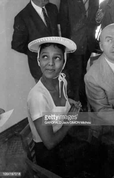 Le 8ème Festival de Cannes se déroule du 26 avril au 10 mai attitude souriante de Dorothy DANDRIDGE le regard en coin assise aux côtés d'Otto...