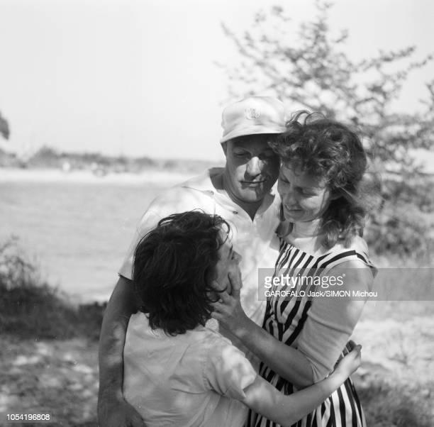 Le 8ème Festival de Cannes se déroule du 26 avril au 10 mai Gene KELLY serrant dans ses bras son épouse Betsy BLAIR et leur fille Kerry lors d'un...