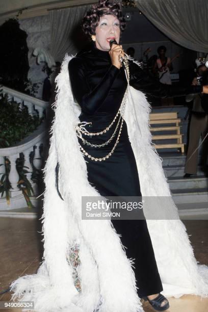 Le 9 août 1974 au Sporting Club de MonteCarlo où a lieu le Gala annuel de la CroixRouge l'ancienne danseuse de revue raconte au public présent son...