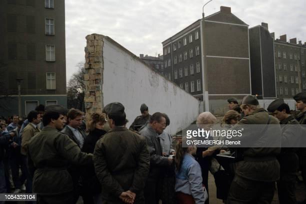 Le 9 novembre 1989 le Mur de la honte est tombé Des allemands de l'Est faisant tamponner leurs papiers par des soldats d'Allemagne de l'Ouest en...