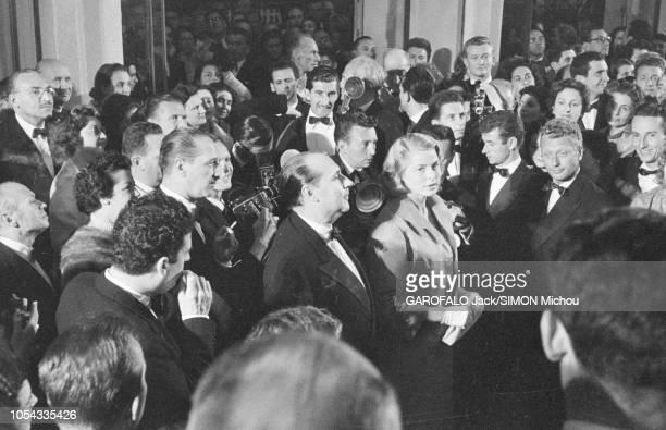 Le 9ème Festival de CANNES 1956 s'est déroulé du 23 avril au 10 mai : bain de foule pour Ingrid BERGMAN et son mari Roberto ROSSELLINI à leur arrivée...