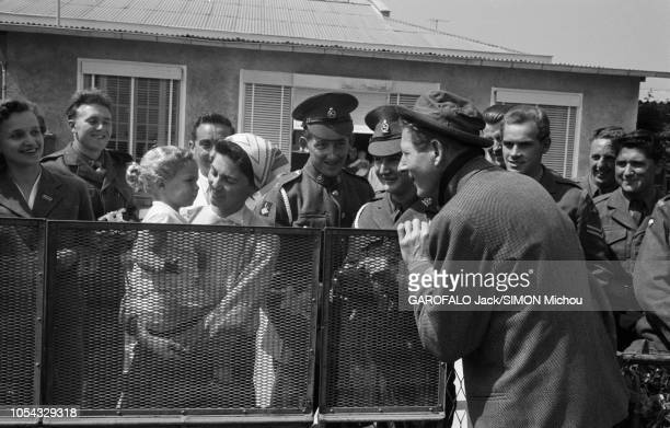 Le 9ème Festival de CANNES 1956 s'est déroulé du 23 avril au 10 mai Danny KAYE à sa descente d'avion faisant un sourire à une petite fille dans les...