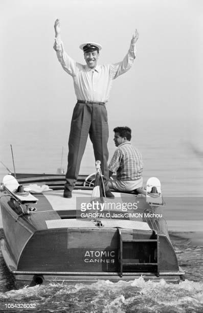 Le 9ème Festival de CANNES 1956 s'est déroulé du 23 avril au 10 mai attitude souriante de FERNANDEL debout à l'arrière du bateau Atomic Cannes le...
