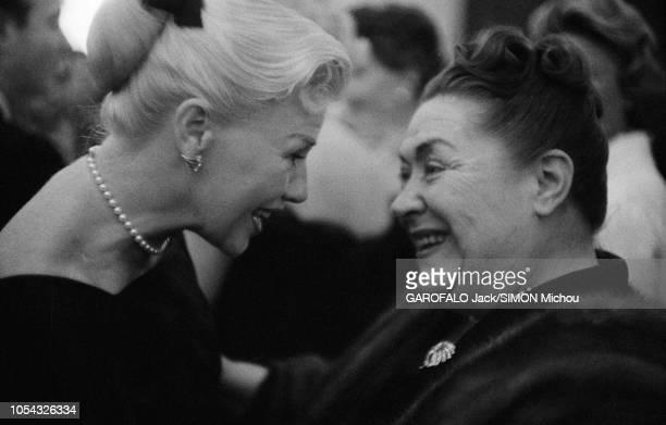 Le 9ème Festival de CANNES 1956 s'est déroulé du 23 avril au 10 mai portrait de profil souriant de Ginger ROGERS discutant avec une femme non...