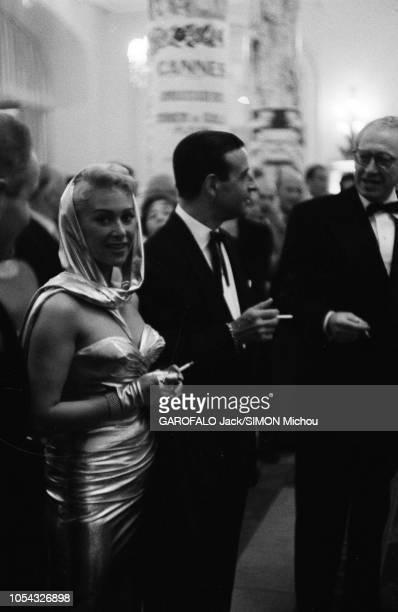 Le 9ème Festival de CANNES 1956 s'est déroulé du 23 avril au 10 mai attitude souriante de Martine CAROL regardant l'objectif debout aux côtés de son...