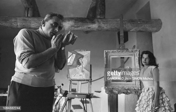 Le 9ème Festival de CANNES 1956 s'est déroulé du 23 avril au 10 mai attitude souriante de Véra CLOUZOT appuyée contre un chevalet regardant son mari...