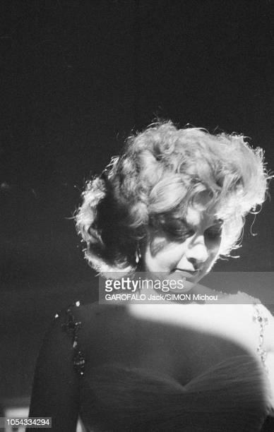 Le 9ème Festival de CANNES 1956 s'est déroulé du 23 avril au 10 mai portrait de troisquarts de Susan HAYWARD tête baissé au balcon d'une salle du...