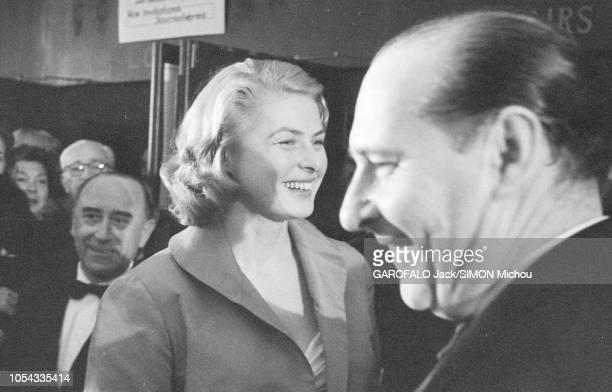 Le 9ème Festival de CANNES 1956 s'est déroulé du 23 avril au 10 mai : arrivée souriante d'Ingrid BERGMAN au Palais des festivals avec son mari...