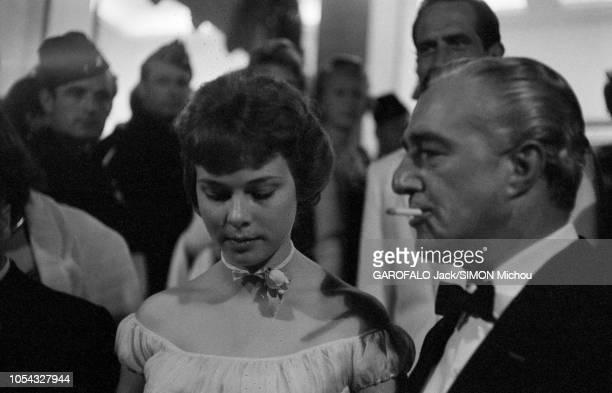 Le 9ème Festival de CANNES 1956 s'est déroulé du 23 avril au 10 mai plan de profil de Vittorio DE SICA une cigarette aux lèvres posant avec l'héroïne...