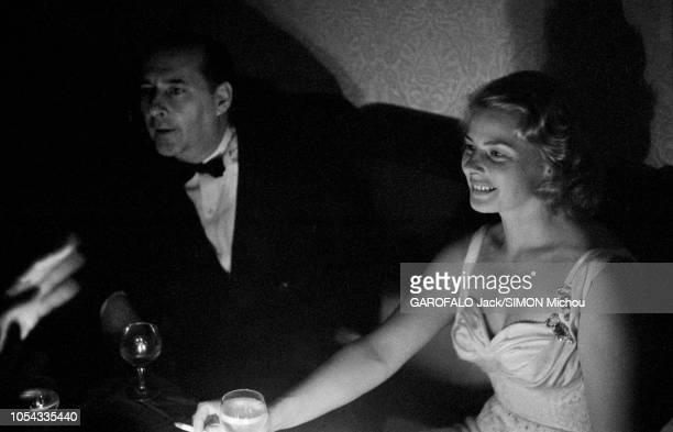 Le 9ème Festival de CANNES 1956 s'est déroulé du 23 avril au 10 mai : plan de trois-quarts souriant d'Ingrid BERGMAN fumant une cigarette assise aux...