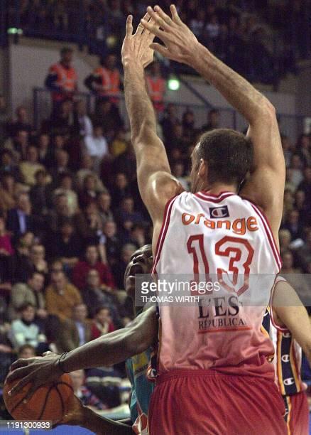 le Béarnais Florent Pietrus tente de marquer un panier malgré le Nancéen Vincent Masingue le 16 décembre 2001 au palais des sports de Gentilly à...