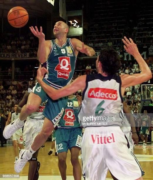Le Béarnais Roger Esteller tente de marquer un panier sous les yeux du défenseur Villeurbannais Yann Bonato le 19 juin 2001 à l'Astroballe de...