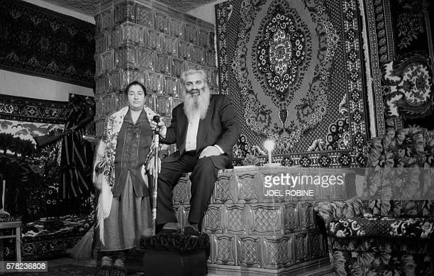 Le baron Arthur canneépée à la main pose le 18 janvier 2001 dans sa maison de Soroka au nord de la Moldavie en compagnie de sa femme Lidia Arthur...