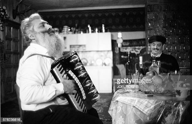 Le baron Arthur joue de l'accordéon le 18 janvier 2001 dans sa maison de Soroka au nord de la Moldavie en compagnie de son cousin Nonoï Arthur...