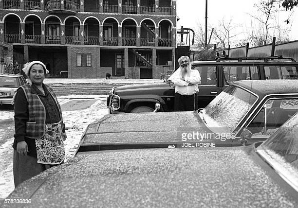 Le baron Arthur pose en compagnie de sa femme Lidia le 18 janvier 2001 au milieu de ses voitures dont une Tchaïka qui a appartenu à l'ancien chef...