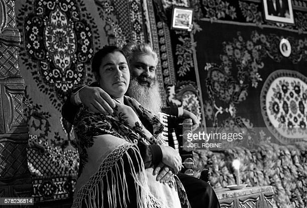 Le baron Arthur pose le 18 janvier 2001 dans sa maison de Soroka au nord de la Moldavie en compagnie de sa femme Lidia Arthur Tchérari né le 23 août...