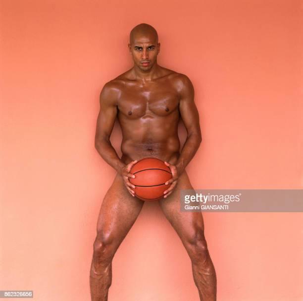 Le basketteur italien Carlton Myers pose pour un calendrier à Rome en 2002 Italie
