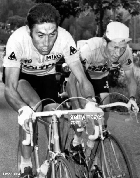 Le Belge Eddy Merckx , porteur du maillot jaune de leader, et le Français Cyrille Guimard roulent côte à côte, le 18 juillet 1972, lors de la 15ème...