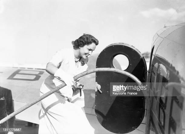 Le bégum Yvette Labrousse montant dans un avion à l'aéroport du Bourget, en août 1949.