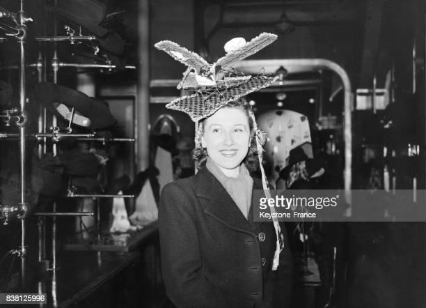 Le bonnet 'avion à réaction' dont les turbines sont figurées par des choux en ruban porté par une Catherinette à Paris France en 1946