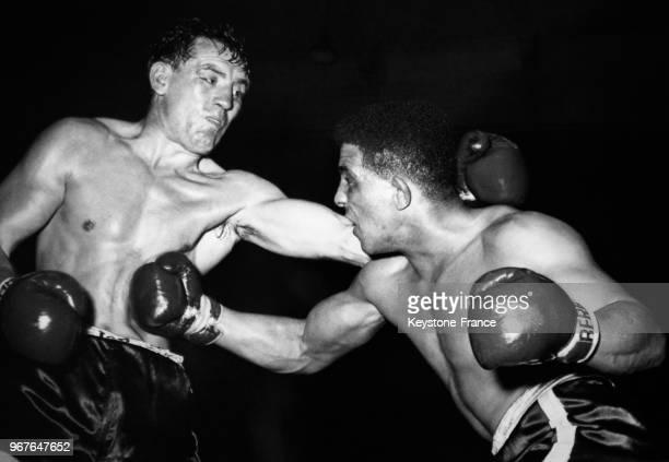 Le boxeur allemand Hans Stretz décoche un droit à son adversaire l'Anglais Randy Turpin à la Ernst Merck Halle le 21 septembre 1956 à Hambourg...