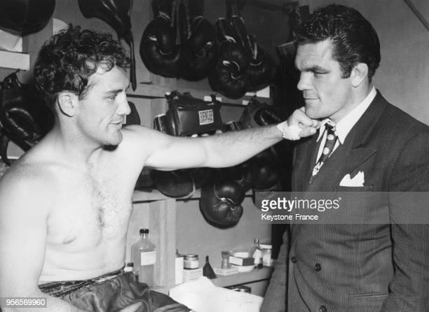 Le boxeur américain Billy Conn fait son célèbre direct du gauche à Freddie Mills venu le voir lors de son entraînement à Greenwood Lake New Jersey...
