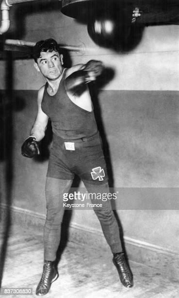Le boxeur américain Jimmy Braddock frappe un punchingball lors d'une séance d'entraînement au Stillman's Gymnasium le 14 janvier 1937 à New York City...