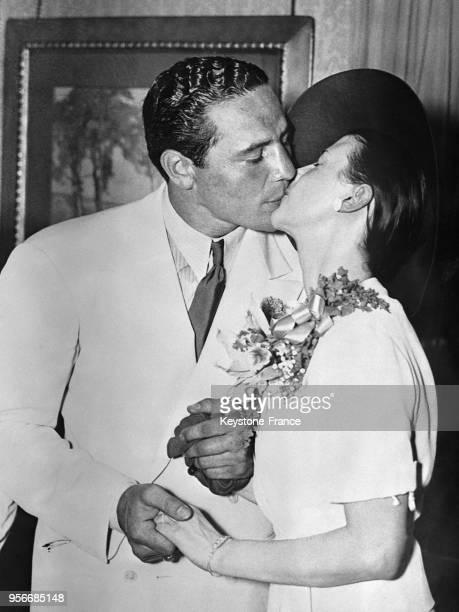 Le boxeur américain Max Baer embrasse son épouse Mary Ellen Sullivan après s'être dit oui à la cérémonie de mariage aux EtatsUnis en 1935