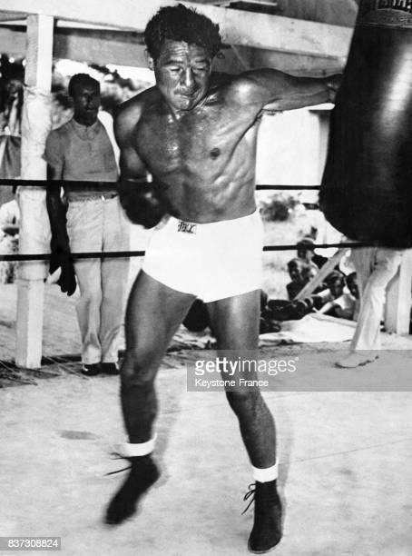 Le boxeur américain Max Baer frappe un punching ball lors d'une séance d'entraînement le 24 septembre 1935 à Speculator NJ