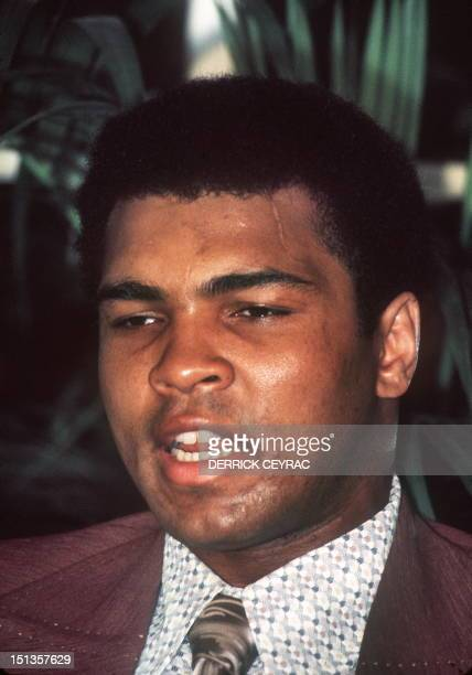 Le boxeur américain Mohamed Ali donne une conférence de presse le 19 novembre 1974 à Paris World heavyweight boxing champion US Muhammad Ali delivers...