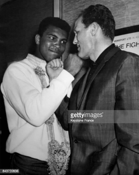 Le boxeur américain Mohamed Ali et le boxeur anglais Henry Cooper durant une conférence de presse à l'hôtel Piccadilly à Londres RoyaumeUni le 10 mai...