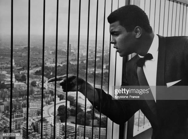 Le boxeur américain Mohamed Ali regardant Londres RoyaumeUni du haut de la BT Tower le 25 juillet 1966