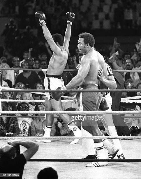 Le boxeur américain Mohamed Ali triomphe et devient champion du monde de boxe des poids lourds le 30 octobre 1974 à Kinshasa à l'issu du combat qui...