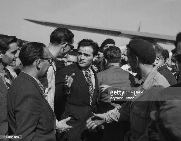 Le boxeur français Marcel Cerdan arrivant à l'aéroport d'Orly à retour des Etats-Unis, en mai 1947, France.