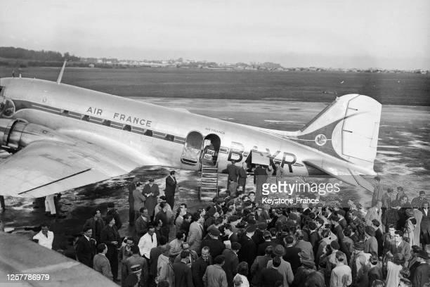 Le boxeur français Marcel Cerdan entouré par des journalistes après son arrivée à l'aéroport, lors de sa visite à Lille, en octobre 1948, dans le...