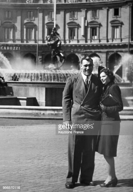 Le boxeur géant italien Primo Carnera en compagnie de sa femme lors de leur lune de miel en 1953 à Rome Italie