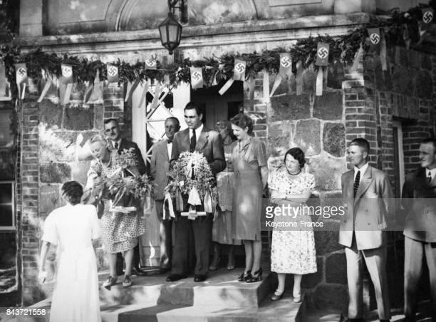 Le boxeur Max Schmeling et sa femme Anny Ondra célèbrent la fête des moissons dans leur village de la campagne poméranienne le 7 septembre 1938 à...