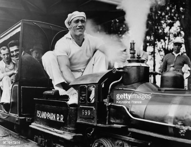 Le boxeur Primo Carnera manoeuvrant la locomotive miniature à la foire d'Owasco Lake New York EtatsUnis le 22 juin 1935