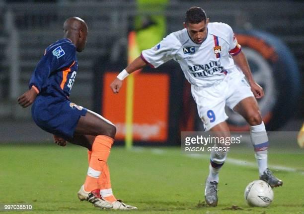 Le brésilien de Lyon Sonny Anderson est à la lutte avec le montpellierain Nomwaya Bamogo lors de la rencontre de football Lyon/Montpellier comptant...